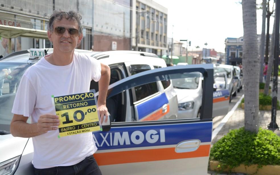 O taxista Ivaldo Flor mostra a aposta dos porofissionais em promoções para atrair clientes em Mogi das Cruzes  (Foto: Jamile Santana/G1)