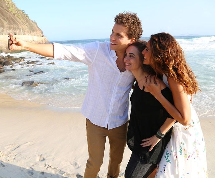 Thiago Fragoso, Maria de Médicis e Camila Pitanga registram bastidores de gravação em selfie (Foto: Carol Caminha/Gshow)