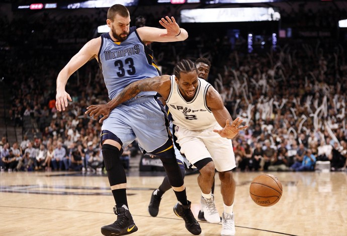 Kawhi Leonard, do San Antonio Spurs, se esforça na disputa com Marc Gasol, do Memphis Grizzles (Foto: Reuters/Soobum Im-USA TODAY Sports)