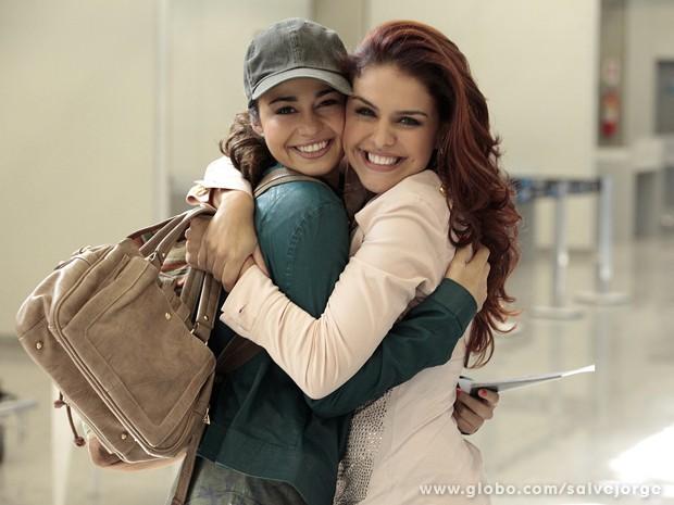 Que abraço gostoso! Nanda e Paloma mostram que a rivalidade é só na ficção  (Foto: Salve Jorge/TV Globo)