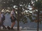 Ney Latorraca aproveita fim de tarde com caminhada no Rio