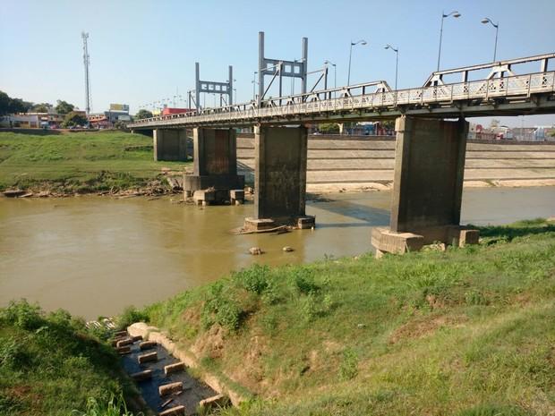 Rio Acre atingiu a menor cota da história em Rio Branco (Foto: Caio Fulgêncio/G1)