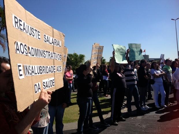 Funcionários públicos fizeram mobilização na frente do Paço Municipal (Foto: Luana Eid / G1)