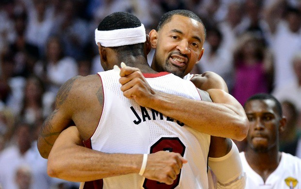 LeBron James e Juwan Howard comemoram o título do Miami Heat (Foto: Getty Images)