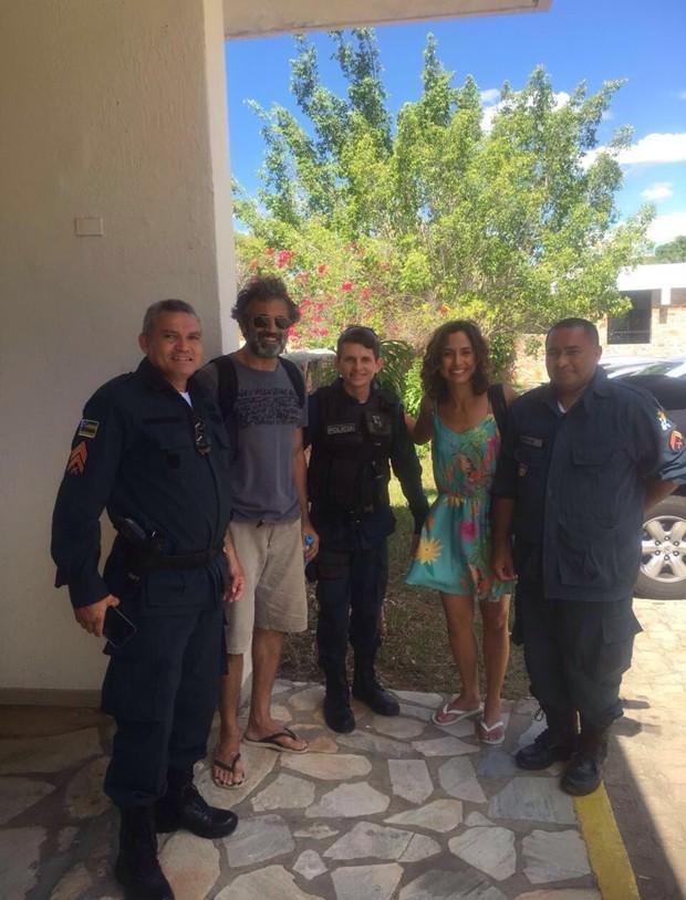 Domingos Montagner posou, nesta quinta-feira (15), com policiais militares e Camila Pitanga (Foto: Moradores de Canindé / Agnews)
