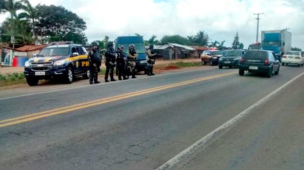 PRF negociou saída dos manifestantes da BR-406, em Ceará-Mirim (Foto: Divulgação/PRF)