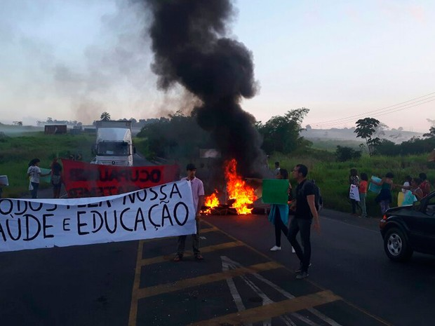 Via foi bloqueada com objetos na manhã desta segunda-feira (24) (Foto: Fábio Santos/ Voz  da Bahia)