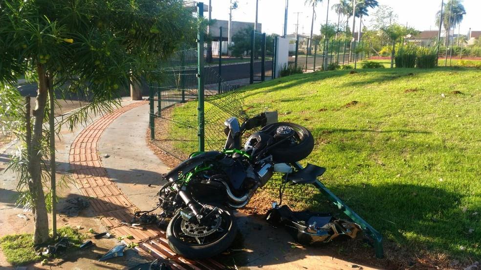 Moto bateu em caminhonete, depois atingiu um poste e uma árvore (Foto: Polícia Militar/Divulgação)