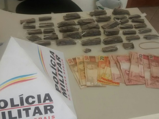 Suspeito transportava 36 tabletes de maconha e R$ 338 em dinheiro. (Foto: Polícia Militar/ G1)