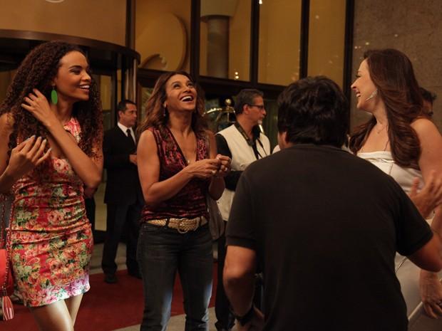 Atrizes se divertem durante gravação  (Foto: Salve Jorge/TV Globo)