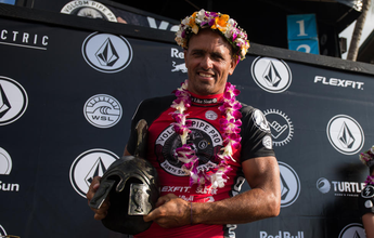 Kelly Slater desbanca havaianos na decisão e é campeão no Pipe Pro