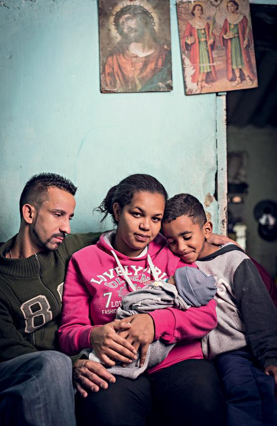Joelma de Souza,desempregada ,mãe de Anthony Raul,de um mês.O bebê caiu no chão ao nascer (Foto:  Julia Rodrigues/ÉPOCA)