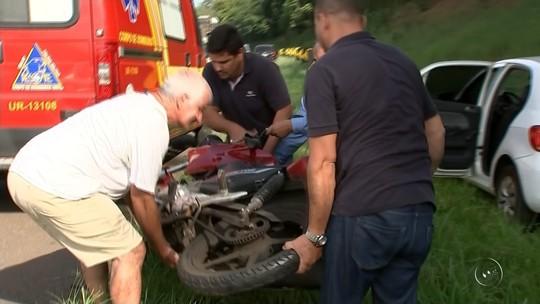Motociclista tenta ultrapassar e bate na traseira de carro em Rio Preto