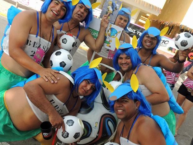 'Irmãs' do mascote Fuleco estão brincando carnaval em Olinda (Foto: Katherine Coutinho / G1)