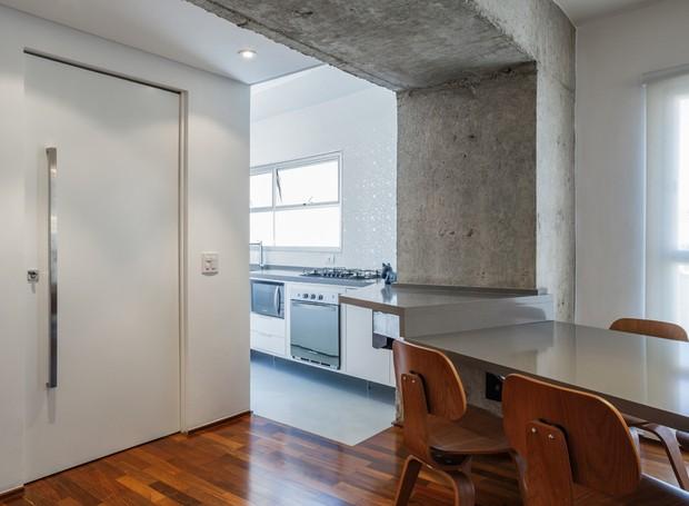 Mesa de jantar | O móvel suspenso foi desenhado pelo escritório CR2 Arquitetura. A estrutura de metálica executada pela Metal Worker (Foto: Rafaela Netto/Divulgação)