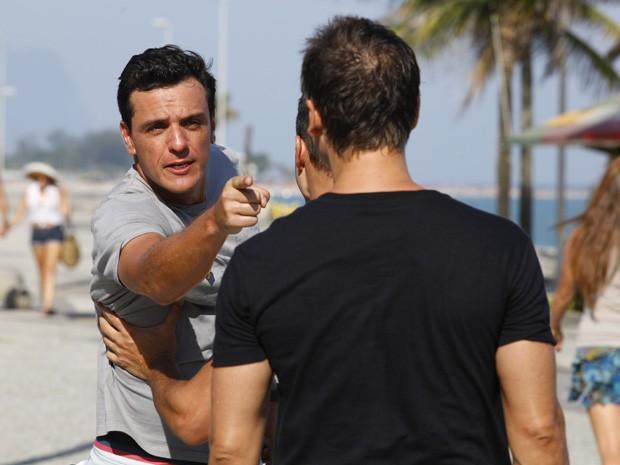 Drago não deixa Théo continuar a birga (Foto: Salve Jorge/TV Globo)
