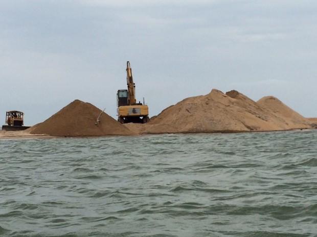 Tratores retiram areia acumulada na foz do Rio Doce (Foto: Raphael Gomide)