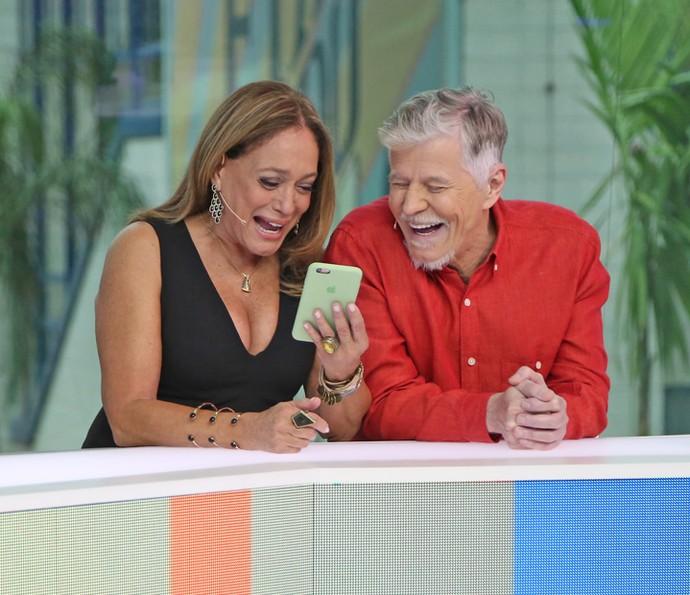 Susana Vieira mostra seu celular e diverte Miguel Falabella (Foto: Isabella Pinheiro / Gshow)