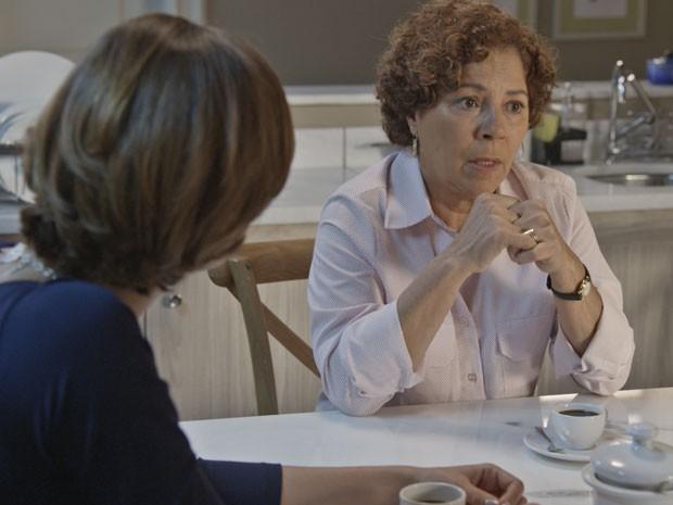 Wilma conta tudo o que sabe para Celina e Alice (Foto: TV Globo)