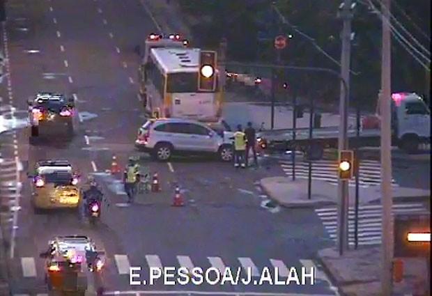 Carro em que a atriz estava e ônibus que colidiu com veículo foram retirados por de 5h50 da Avenida Epitácio Pessoa, na Lagoa. (Foto: Reprodução / CET-Rio)