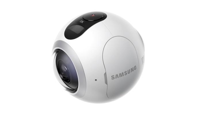 Gear 360 tem duas lentes de 15 megapixels cada e faz vídeos em alta resolução (Foto: Divulgação/Samsung)