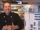 Fã de Star Wars faz bolo R2-D2 em tamanho real que vale mais de R$ 3 mil