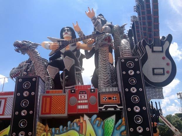 Alegoria da Dragões da Real troca guitarrista do Kiss por baterista (Foto: Tatiana Santiago/G1)