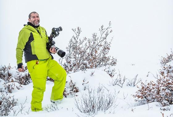 Marco Brotto no meio da neve, no Parque Nacional Denali, no Alasca, um pouco antes de fazer xixi (Foto: © Cinthia Paranhos)