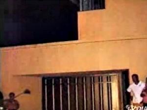 Casa tem marcas de bala nas paredes (Foto: TV Diário/Reprodução)