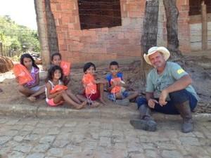 Carlos Oscar Niemeyer com crianças (Foto: Cavaleiros da Cultura/Divulgação)