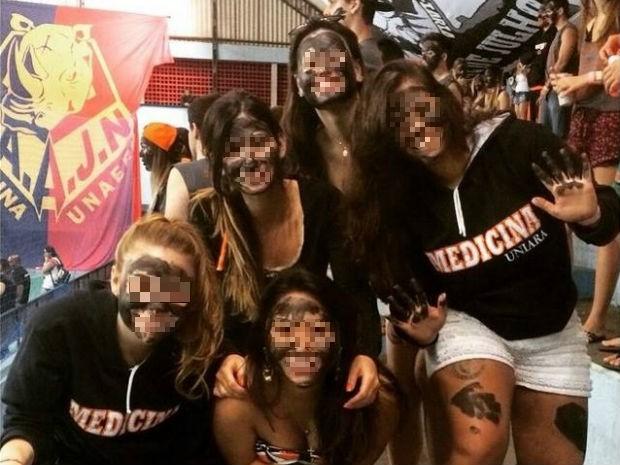 Estudantes postaram foto em uma rede social com o rosto pintado de preto (Foto: Reprodução/EPTV)