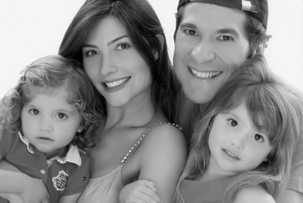Daniel mostra uma fotografia de família com as filhas e a esposa (Foto: Acervo pessoal)