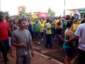 Manifestantes foram às ruas na tarde deste domingo, Tangará da Serra. (Foto: Érica Picelli/ TVCA)