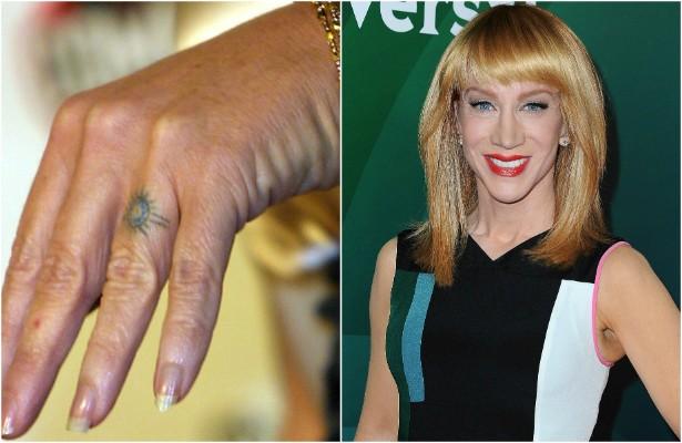 """Quem não teve tanta sorte ao tentar apagar uma tatuagem da mão foi a atriz e comediante Kathy Griffin. Casada com o ator Matt Moline de 2001 a 2006, ela decidiu tatuar uma aliança no dedo porque não gosta de usar anéis. Pois bem: o casamento acabou e Kathy NÃO conseguiu remover a """"tattoo"""". Ela conta que já se submeteu ao laser cinco vezes e, até agora, nada adiantou. (Foto: Getty Images)"""