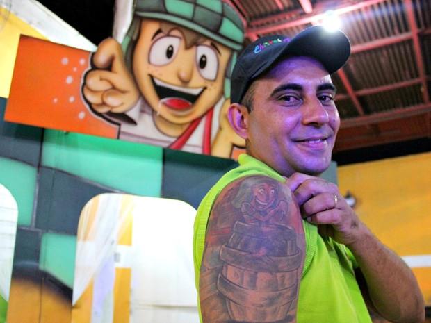Fã de Bolaños tem tatuagem do ídolo e empresa com nome de Chaves (Foto: Indiara Bessa/G1 AM)