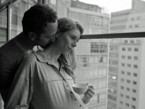 Irandhir Santos e Lola Peploe no filme 'Obra' (Foto: Divulgação)