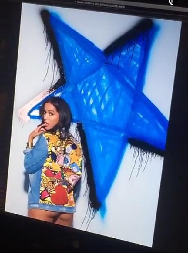 Anitta provoca em ensaio e deixa parte do bumbum à mostra