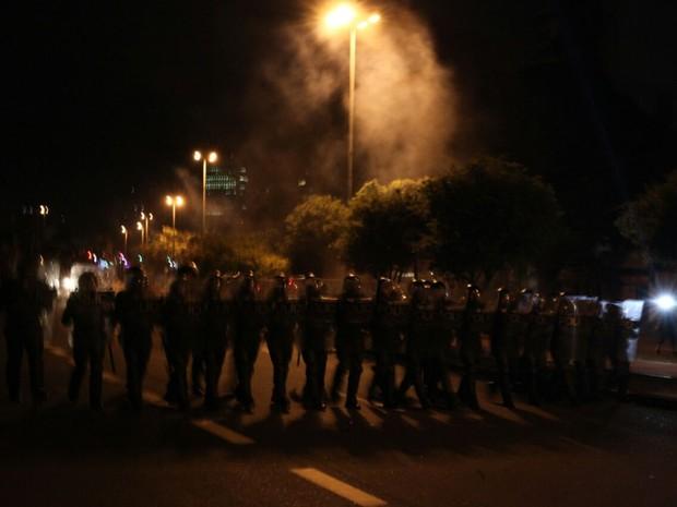 Após encerramento do ato, policiais jogam bombas de gás lacrimogêneo no Largo da Batata (Foto: Fábio Tito/G1)