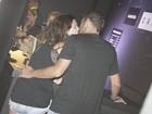 Fernanda Paes Leme troca beijos com o novo namorado em show