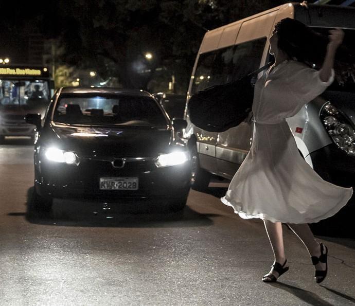 Beatriz atravessa a rua quando é atingida por carro em alta velocidade (Foto: Gabriel Nascimento/Gshow)
