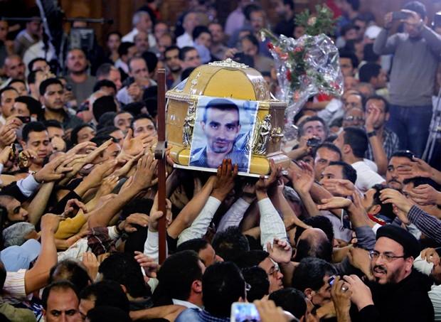 Cristãos egípcios carregam caixão de Morgos Kamal em catedral no Cairo. Quatro cristãos e um muçulmano foram mortos nesse sábado (06) em conflitos em Qalubiya  (Foto: Amr Nabil/AP)