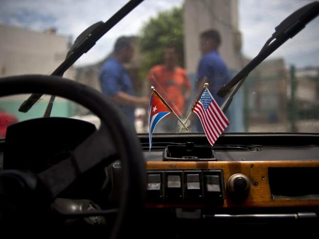 Interior do Polski com bandeiras de Cuba e dos Estados Unidos (Foto: AP Photo/Ramon Espinosa)