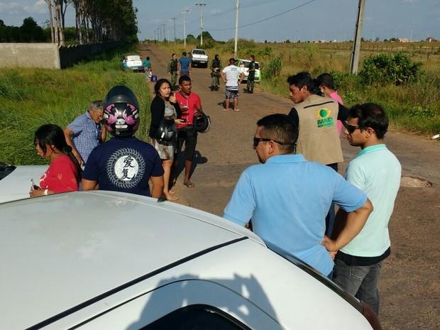 Estrada que dá acesso ao presídio foi interditada pela polícia (Foto: Marcelo Marques/G1 RR)