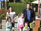 Jennifer Garner e Ben Affleck passeiam lado a lado com os filhos