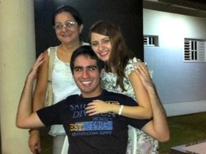 Pedro ao lado da mãe e da irmã. (Foto: Arquivo Pessoal)