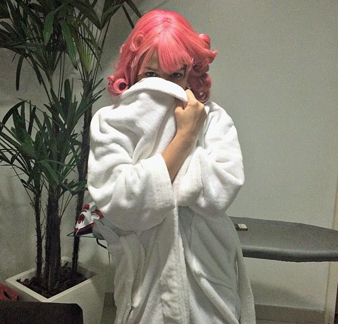 Nikki faz a linha misteriosa se arrumando para cantar na Final (Foto: Gabriella Dias / Gshow)
