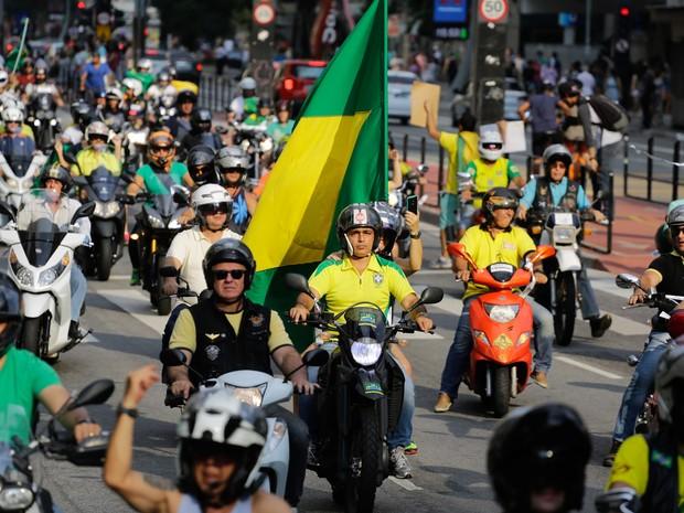 SÃO PAULO: Motociclistas realizam protesto a favor do impeachment da presidente Dilma Rousseff na Avenida Paulista, em São Paulo (Foto: Nelson Antoine/Frame/Estadão Conteúdo)