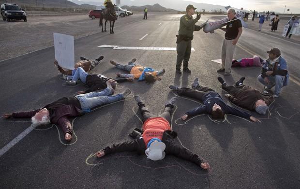 Protestro bloqueou acesso à base aérea em Nevada (Foto: Julie Jacobson/AP)