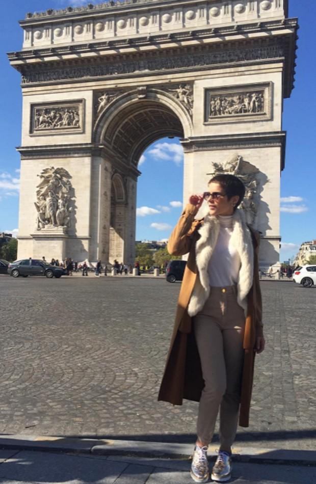 Isabella Santoni posa em frente ao Arco do Triunfo (Foto: Reprodução/Instagram)