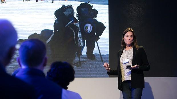 Hilaree O'Neill durante apresentação no Fórum Econômico Mundial, em Davos (Foto: Divulgação/World Economic Forum/Ciaran McCrickard)